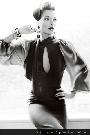 Kate-Moss-by-Mario-Testino-for-Vogue-UK-August-260711-11-310x466.jpg
