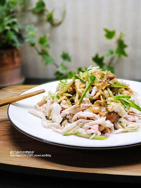 【雞絲拌小黃瓜~佐芝麻沙拉醬】