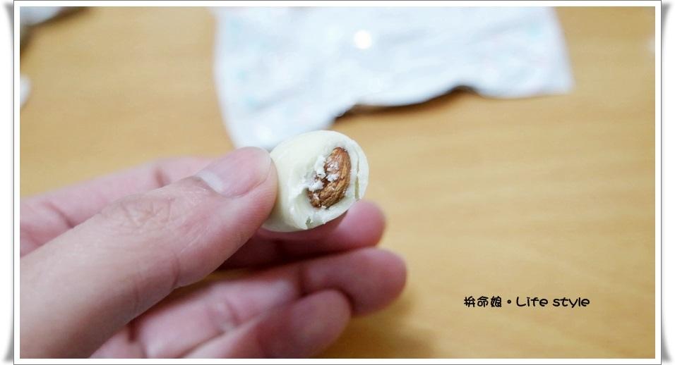 北海道伴手禮 杏仁白巧克力 六花亭 草莓巧克力 奶油葡萄夾心餅乾 14.jpg