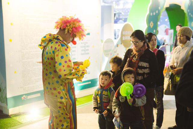 台北市中國信託金融大樓小丑摺汽球