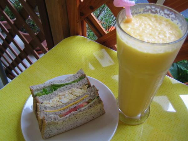 鮪魚蛋沙拉吐司加芒果牛奶