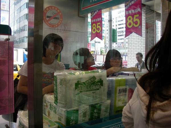 其他密司很認真的在問商品,這三位小姐有點過份喔,好像在看戲.JPG