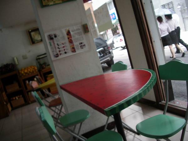 可愛的水果桌.JPG