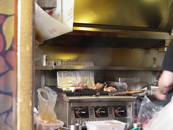 架上正烤著各式肉排.JPG