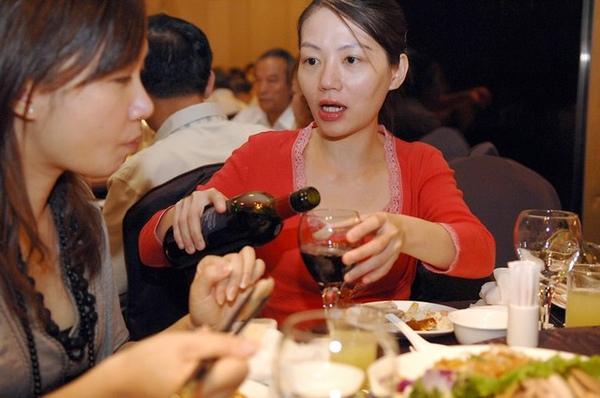 大學同學阿潘與小歆...阿潘是在灌小歆酒嗎??