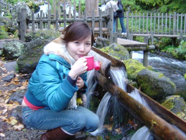 這是千年之泉~好多人扛水桶來裝~聽說喝了可以治病皮膚水水