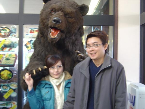 熊標本好嚇人阿