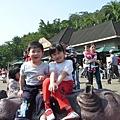 動物園坐河馬1.JPG