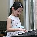 Ashley彈電子琴1s.jpg