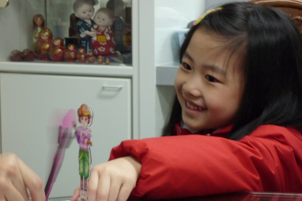 玩磁鐵紙娃娃.JPG