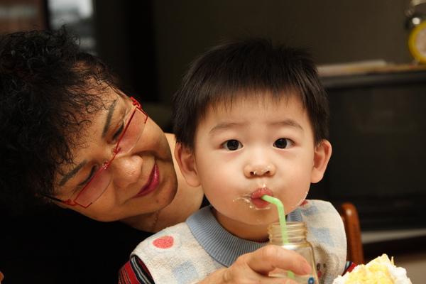 奶奶餵我喝水s.JPG