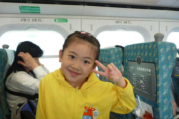 Ashley乘高鐵.JPG
