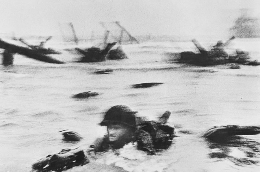 羅伯‧卡帕-法國,奧馬哈海灘,鄰近濱海科勒維爾附近,諾曼第海岸,1944年6月6日,開站首日第一波美軍部隊