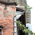 舊。建物立面裸。