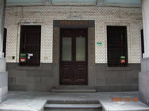 門。氣質非凡。