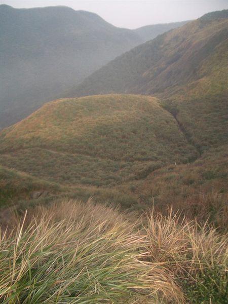 鳥瞰旁邊的山麓,到處都是青草地:)