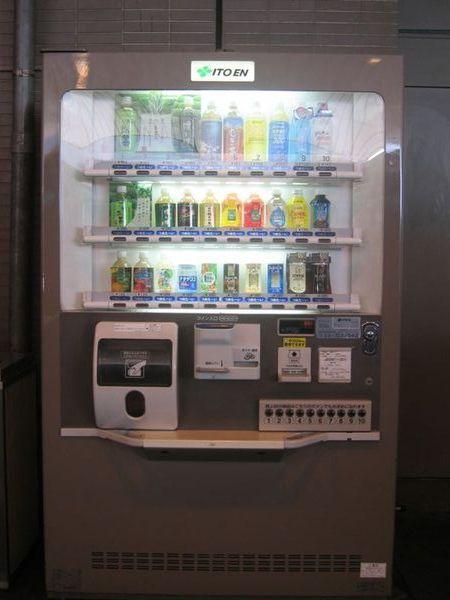 日本的販賣機現在似乎流行短瓶的飲料,長度只有平常的一半