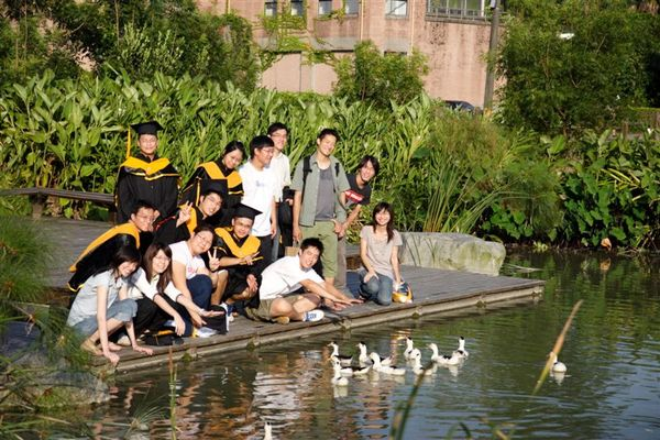 生態池與鴨子合影