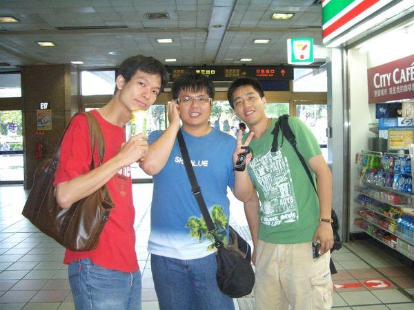 台北車站會合的紅藍綠三人組,還真鮮艷吶我們。