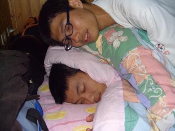 兩人睡在一起