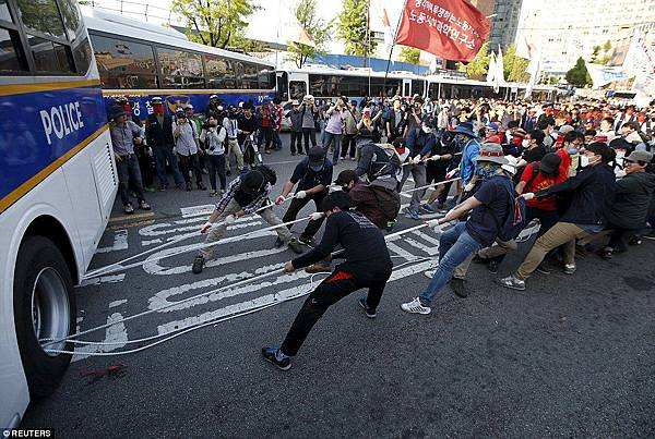 28343C3300000578-3064272-Violent_Some_angry_South_Korean_protesters_tried_to_protect_them-a-100_1430490852431