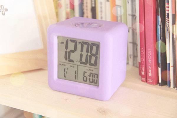 【柔軟紫色矽膠方形LCD鬧鐘】