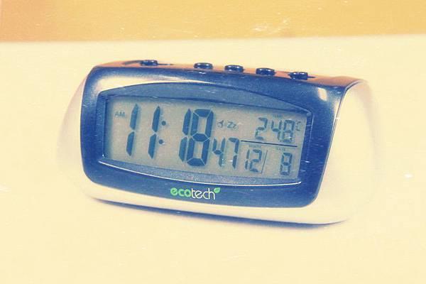 【65903 環保救地球 太陽能流線型鬧鐘】