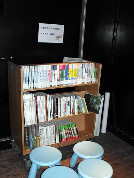 館門內,左方的台灣文學小圖書館(限定內閱,不外借)