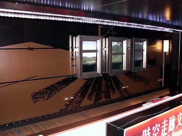 就像MTV一樣,鐵窗內的影片像火車外的風景,會不斷的動,還會唱著林強的向前走!