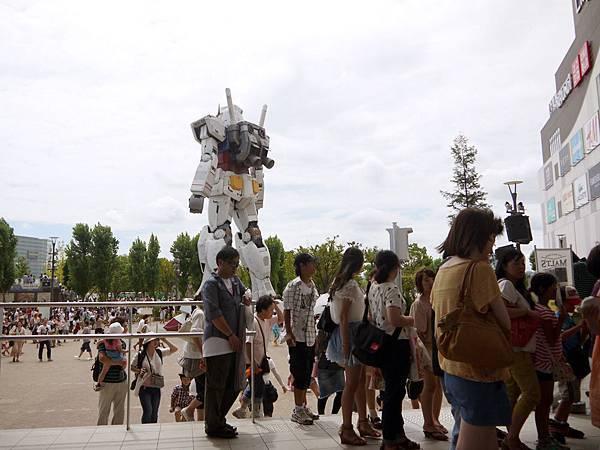 鋼彈廣場上的人群