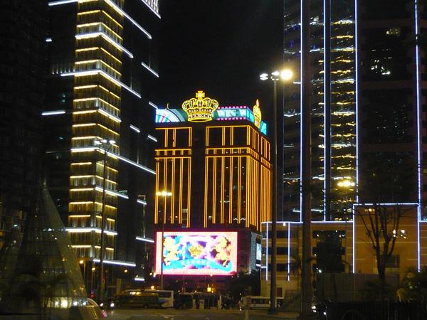 英皇酒店夜晚外觀.jpg