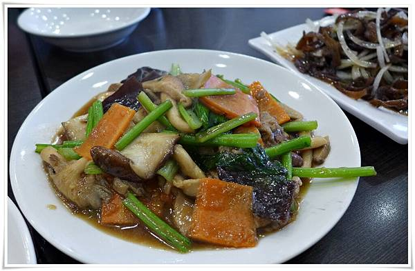 這一道青蔬中,有菇有菜配色也不錯,唯一我吃不慣的是油菜,有些許苦味。