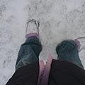 腳陷在雪地裡