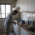 chris在廚房裡做菜 很厲害喔
