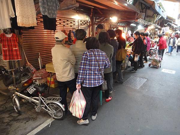 武昌新村市場排隊人潮