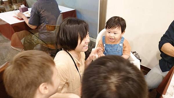 母親節快樂AcoMo寶寶進食中
