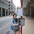 """作勢看巴士站牌表,其實還是搭""""的士""""快..."""