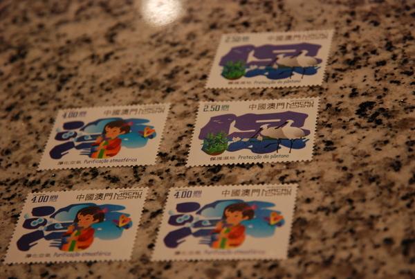 買了幾張郵票,寄了明信片...