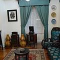 大廳放有多部古董留聲機.收音機及老相片