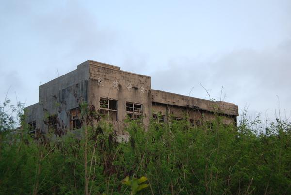 回民宿途中,看見一個荒廢的老戲院