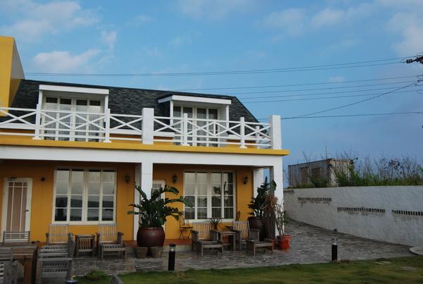 藍天配上黃色房子實在很搭
