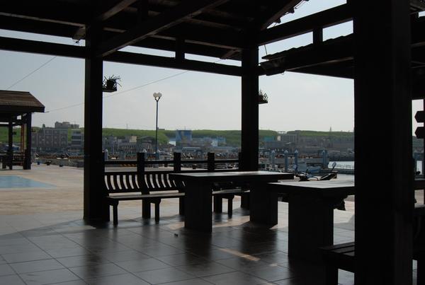 七美漁港灣旁的小涼亭