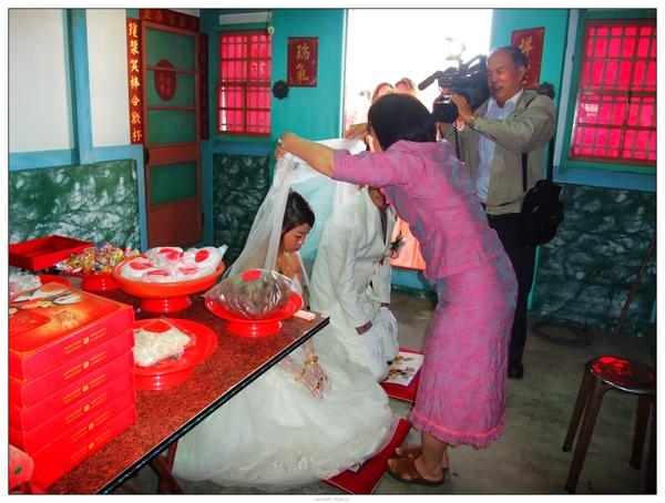 親家母替新娘蓋上白紗...