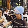 而且很愛那個帽子, 不太肯拿下...