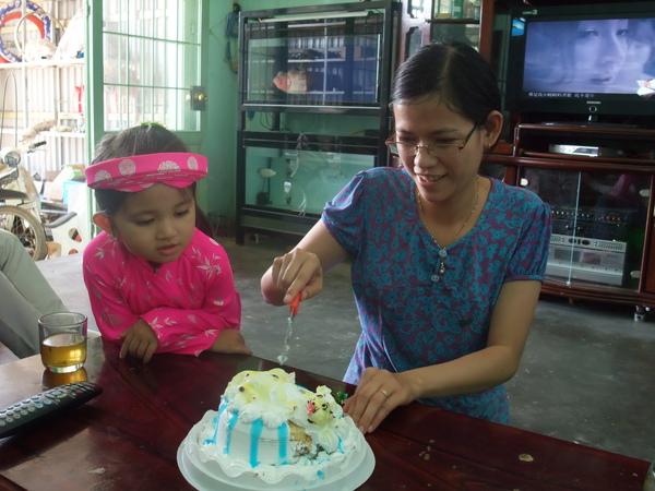 nhi的女兒特定拿蛋糕出來請大家吃...