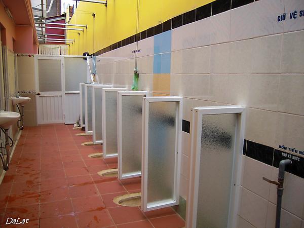 """以前只有這種廁所可以上, 挺刺激的 ~""""~"""