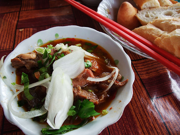 柬埔寨傳統早餐, 牛肉湯配法國麵包