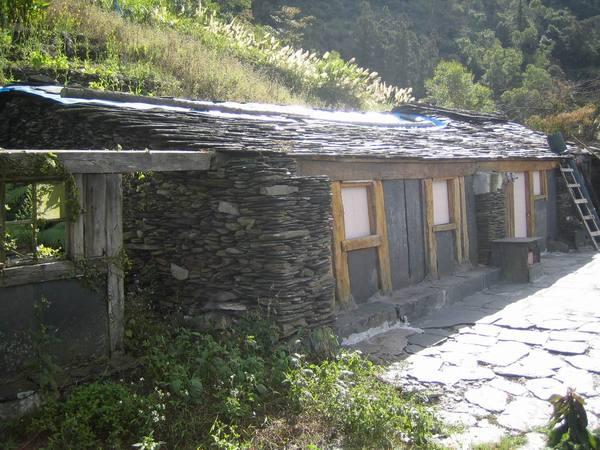 更下面的石版大屋