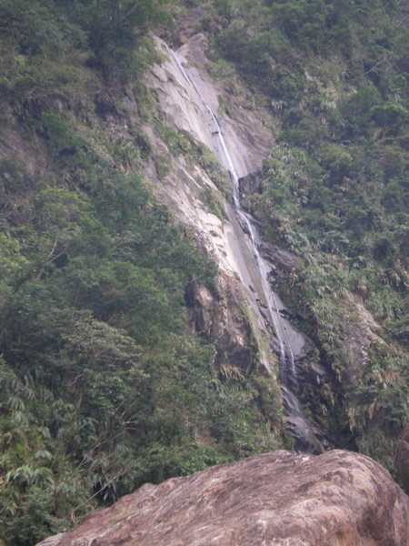 瀑布與大石