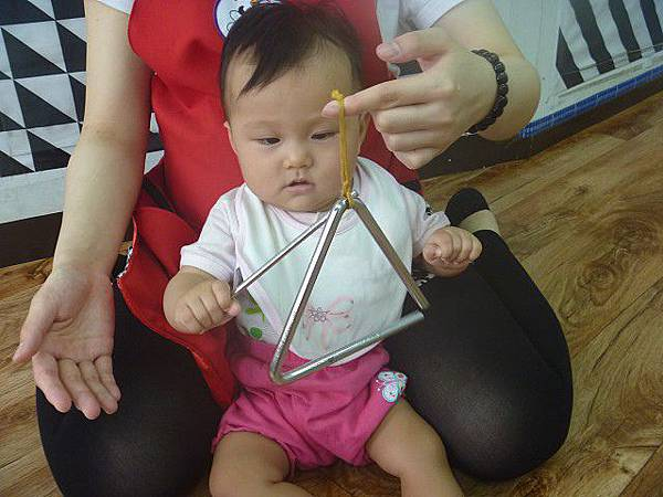 47_2015-05-14_三角小鐵琴04~聽覺智能,好棒!自己敲奏呢~.jpg